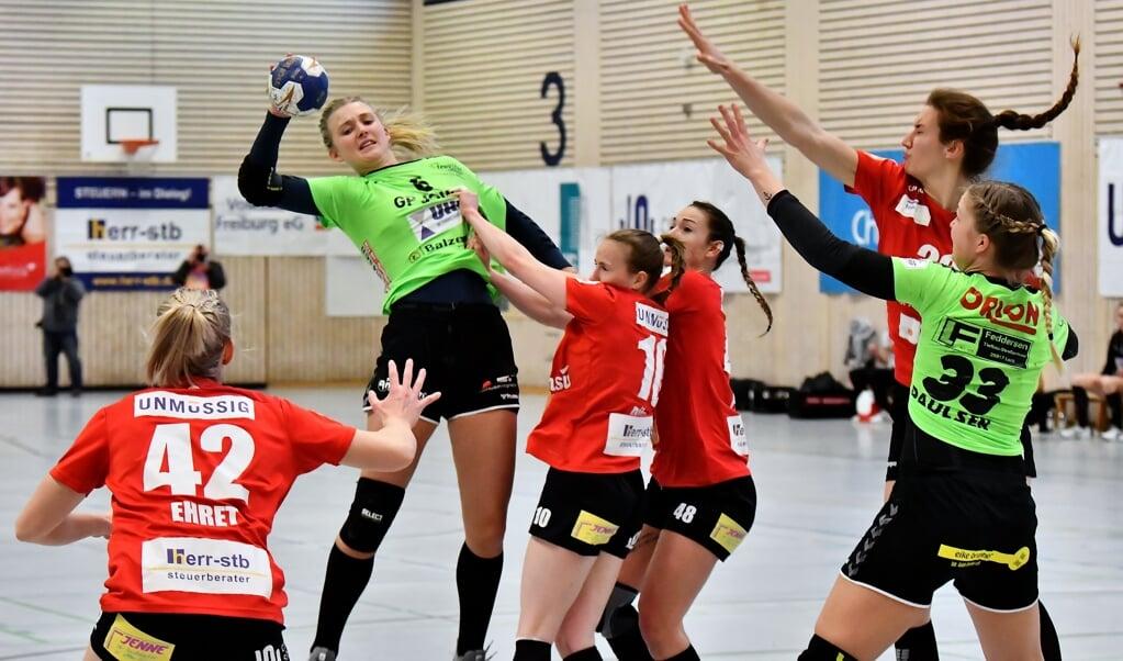 Lotta Woch (Nr. 6) überragte beim Nord-Sieg in Freiburg.  ( Michael Wendling/Handball-Media)