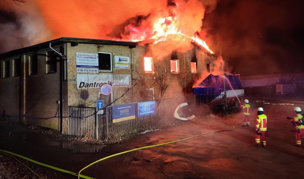 Bygningen stod i lys lue, da brandfolkene ankom tidligt tirsdag morgen. Slukningsarbejdet varede indtil over middag. Brandfolkene regnede med at være til stede hele dagen, for at sikre, at alle gløder var slukket.   (Nordpresse)
