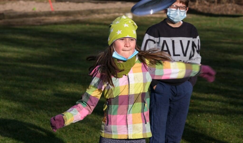 Maja, 9 år, kastede lige så langt som Karl, der står bagved.    (Sebastian Iwersen)