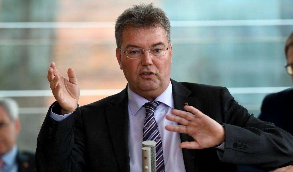 Gruppeformand Lars Harms (SSW) udstillede, hvordan AfD i den slesvig-holstenske landdag prædikede samfundssind, men selv drog hjem med fyldte lommer.   (Carsten Rehder/dpa.)