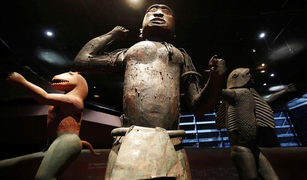 Tre statuer fra kongedømmet Benin i Vestafrika udstillet på Quai Branly Museum i Paris. Frankrig tog statuerne under kolonitiden, men præsident Emmanuel Macron meddelte i 2017, at Frankrig vil sende en række afrikanske kulturgenstande retur.   ( Philippe Wojazer, Scanpix)