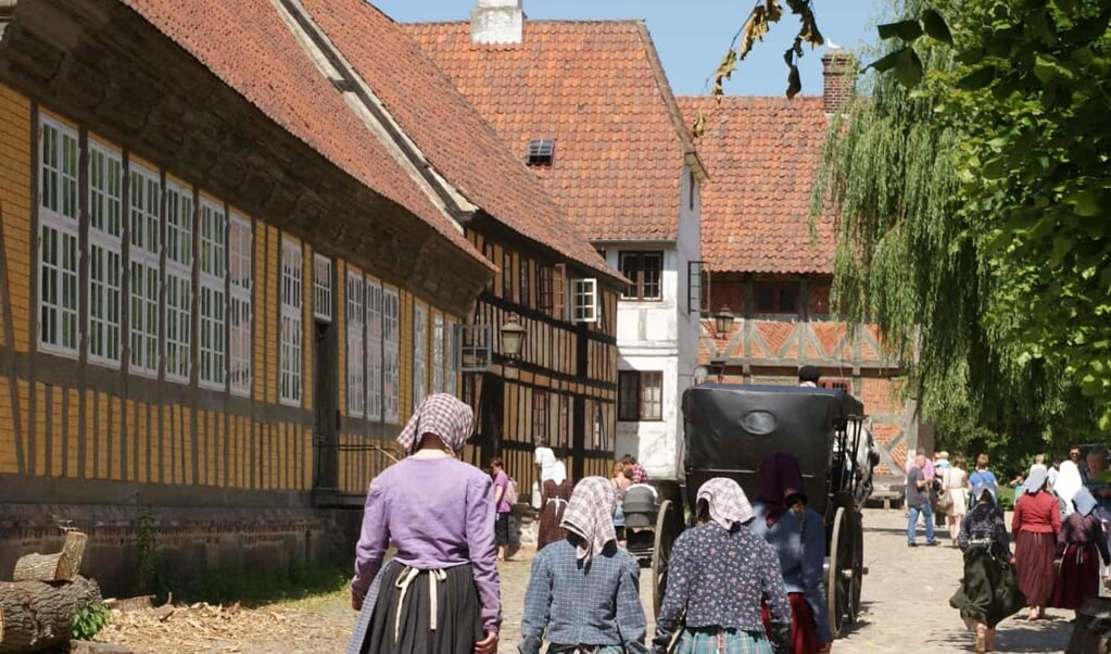 Bygade, som den kunne se ud i 1700-tallet. Bygningen er Aarhus Mølles hovedbygning i barokstil fra omkring 1700 og længere henne maltmøllen fra 1782. Begge er flyttet fra Aarhus Å og står nu i Den Gamle By.   (Privatfoto)