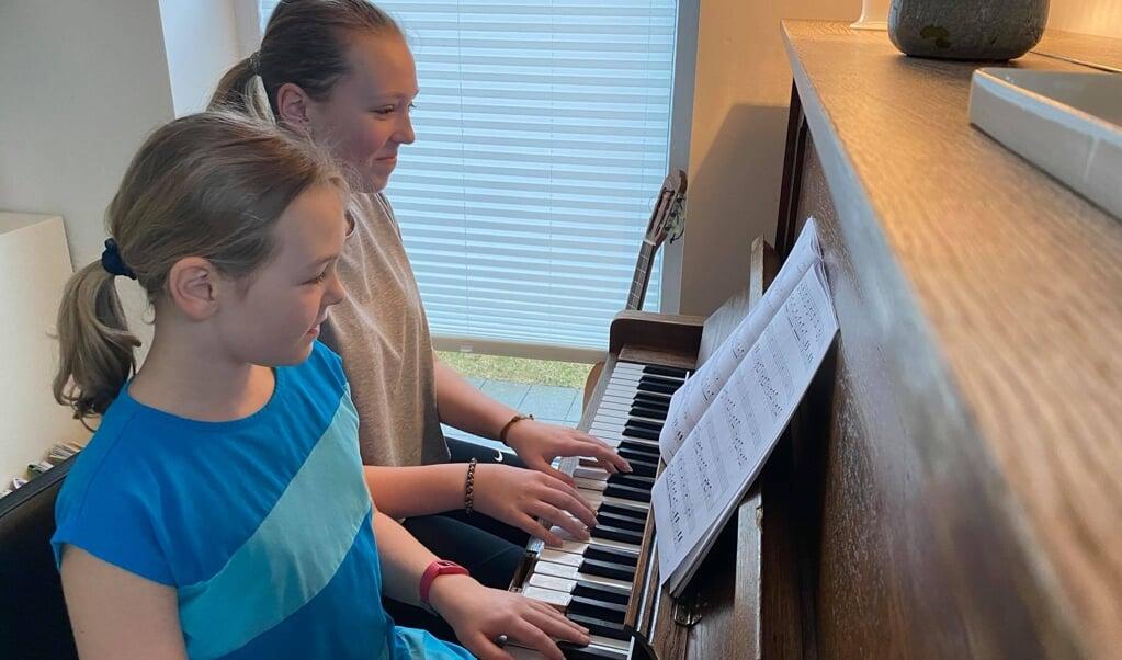 Nanna og Klara spiller gerne klassisk musik.  ( privat)