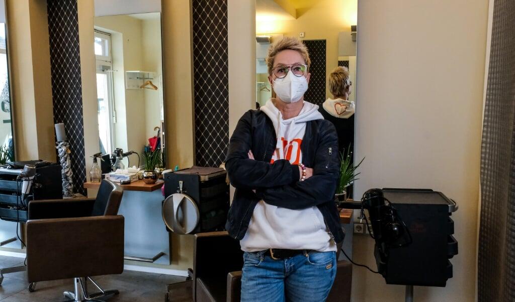 Andrea Güth er rystet, fordi hendes virksomhed er kommet i klemme, uden at hun kan bebrejde sig selv. Hun savner hjælp til frisørerne.  ( Sebastian Iwersen)