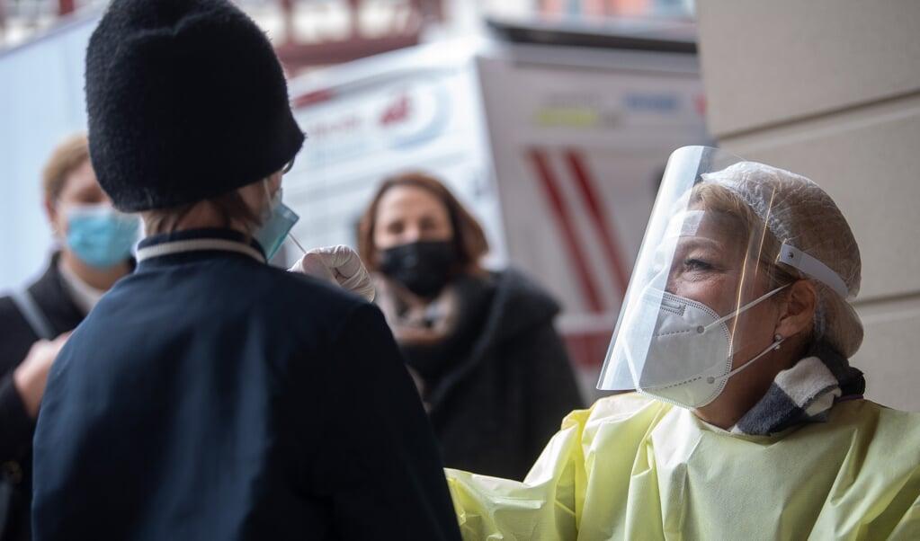 I det seneste døgn er kun ni nye testet positive for coronavirus i Flensborg. Genrefoto:   (Sebastian Gollnow/dpa)