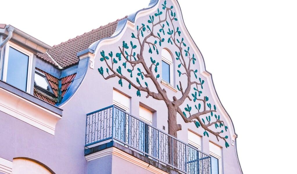 Jugendstilen havde sin blomstringstid i slutningen af 1800-tallet og i begyndelsen 1900-tallet. Dette smukke træ kan ses på Helgolandsgade 39 i Sønderborg.   ( Sven Geißler)
