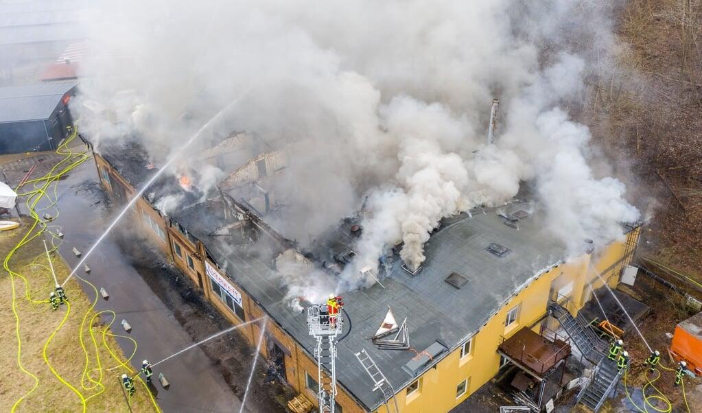 14 timer har det allerede taget at slukke en brand i en lagerhal i Flensborg.   ( Benjamin Nolte)