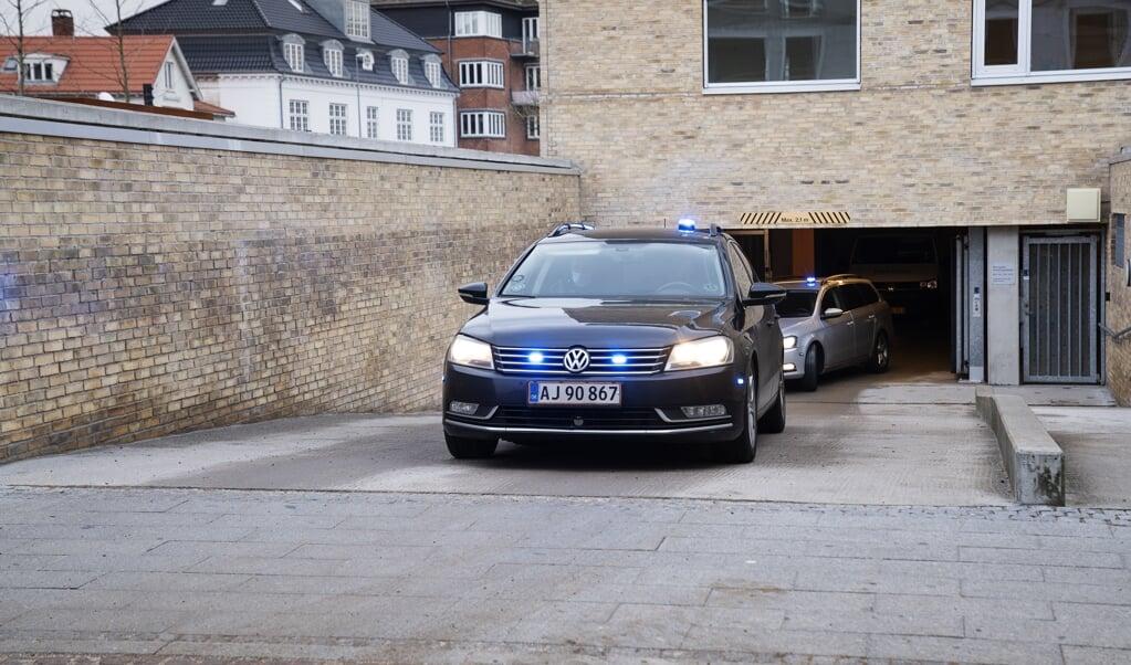 Der var hektisk aktivitet ved Retten i Holbæk tirsdag, hvor det blev besluttet, at seks personer, der er sigtet i en sag om terrorplaner, fortsat skal sidde fængslet frem til den 17. marts.  (Claus Bech/Ritzau Scanpix)