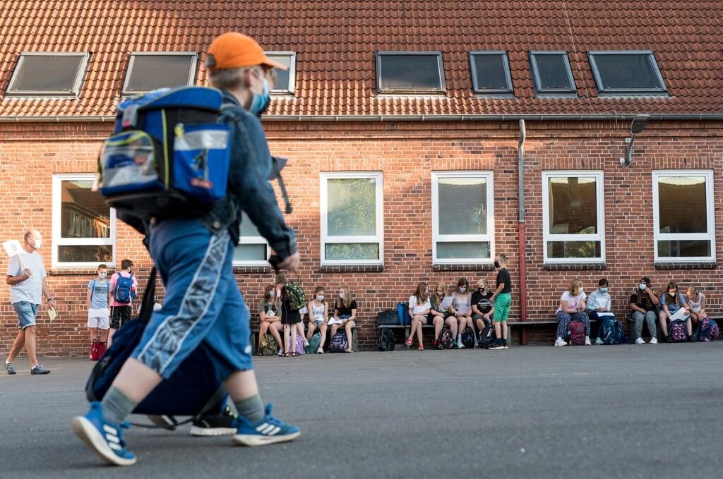 Slesvig-Holstens børn og unge møder op til en hverdag med krav om mundbind og test, når de mandag starter i skolerne igen. De ældre elever tilbydes også vacciner. Arkivfoto:  (Martin Ziemer)
