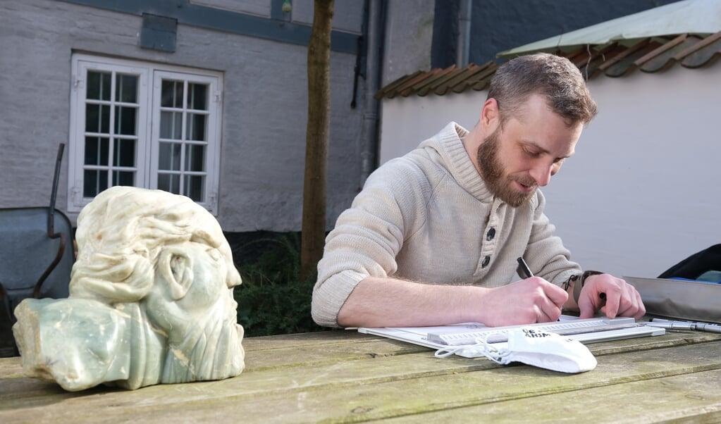 Fresus ser til, mens Timo Essner tegner. I dagens anledning foregår det her i gården ved Aktivitetshuset i Flensborg. Udenfor af hensyn til fotografen.  ( Sebastian Iwersen)