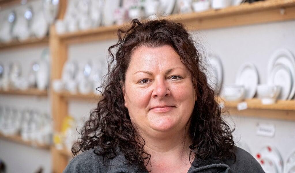 Andrea Paulsen er porcelænsekspert oplært af sin mor, der i 1997 startede forretningen på gården i Hüllerup.  Lars Salomonsen.  (Lars Salomonsen)