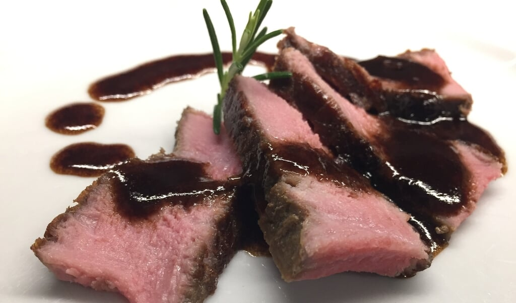Kød koster i klimaregnskabet - især når man tæller med, hvor meget jord der går til for at dyrke nok dyrefoder frem for, at arealet stod som skov. I Danmark går halvdelen af landbrugsjorden til dyrefoder.   ( Pixabay)