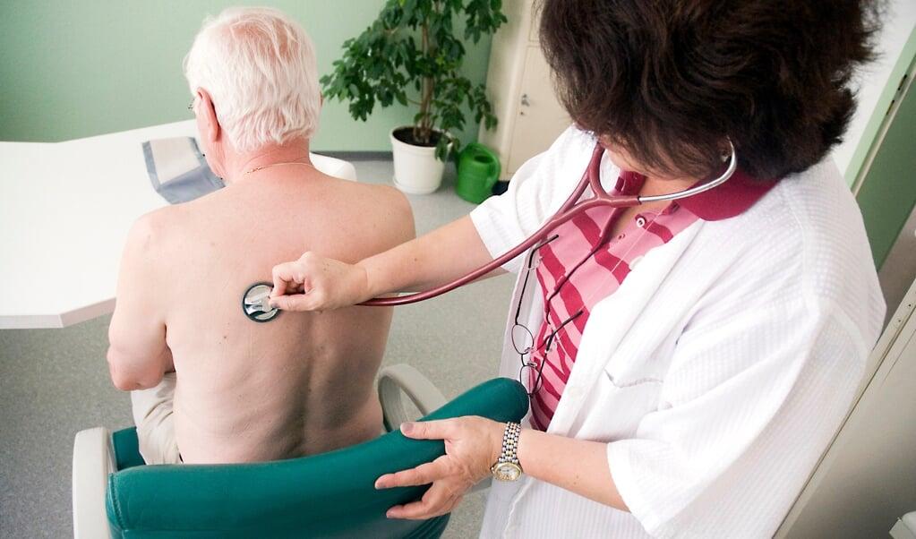 En patient bliver undersøgt af en huslæge. Mange af disse læger er ved at nå pensionsalderen, og det er et problem. Arkivfoto:   (Benjamin Ulmer, dpa)