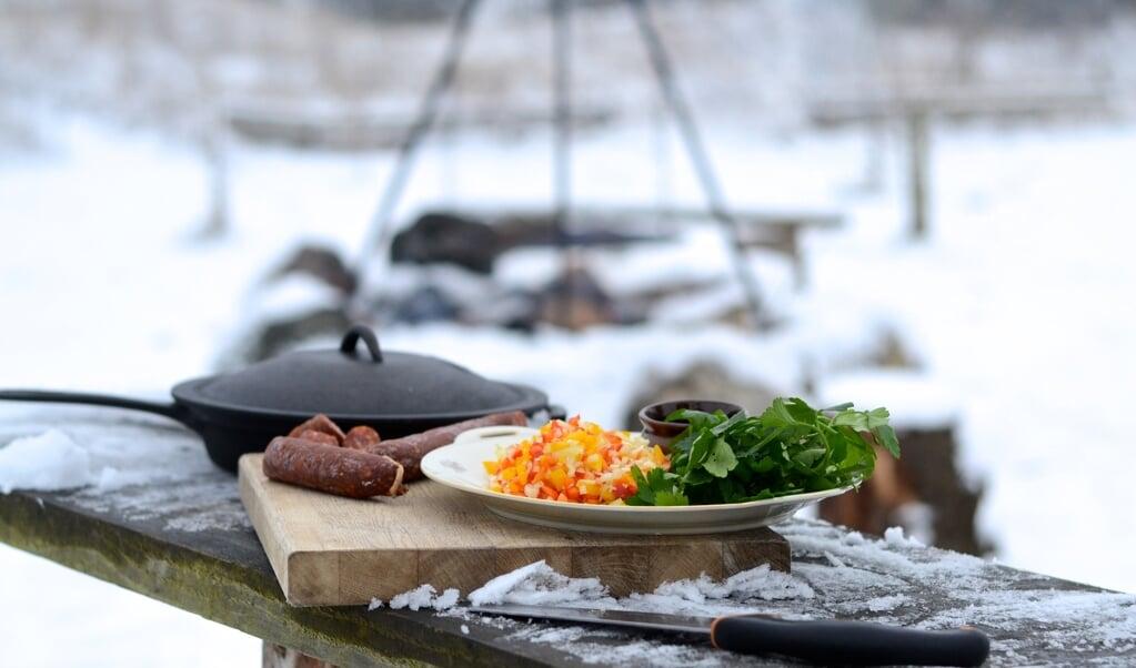Inviter til god mad i det fri og tænk familieturen på en ny måde. Der er mange bålsteder og pladser der egner sig til det ude i naturen.  ( Camilla Pi Kirkegaard)