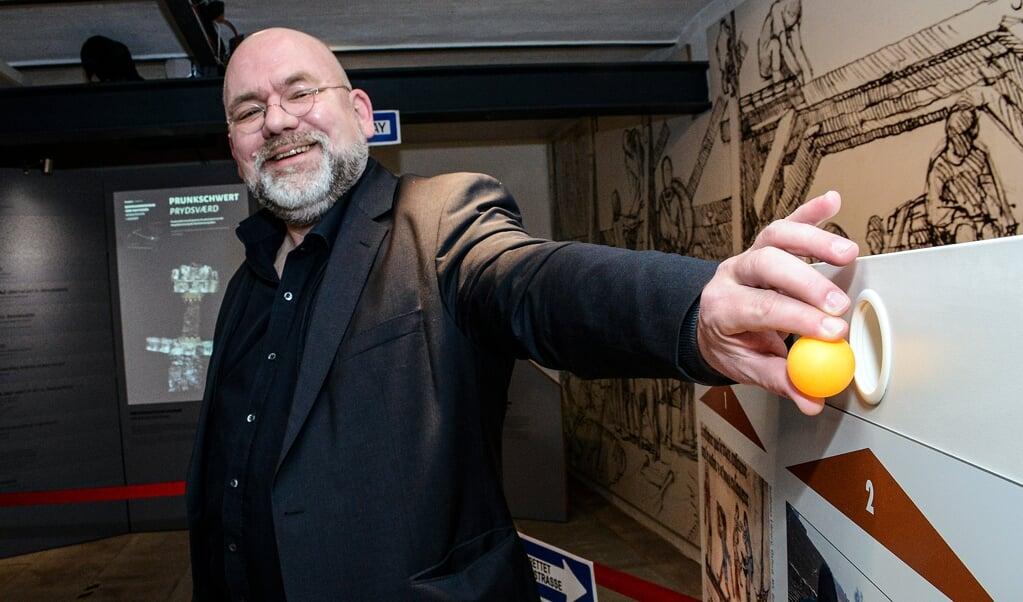 Danevirke Museums leder, Lars Erik Bethge, får her lov til at putte bordtennisbolden ind i stemmeboks nummer to. Bethge afgiver stemmen på kulturredaktørens vegne, da denne ikke både kunne have fingeren på kameraets udløser og den orange kugle på en og samme tid.   ( Hans Christian Davidsen)