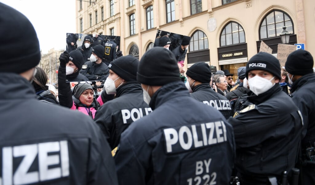 13.03.2021, Bayern, München: Eine Demonstrantin hält Polizisten bei der Demonstration gegen Maßnahmen der Bundesregierung zur Eindämmung der Corona-Ausbreitung einen Spiegel vor.  Angelika Warmuth/dpa +++ dpa-Bildfunk +++  (dpa)