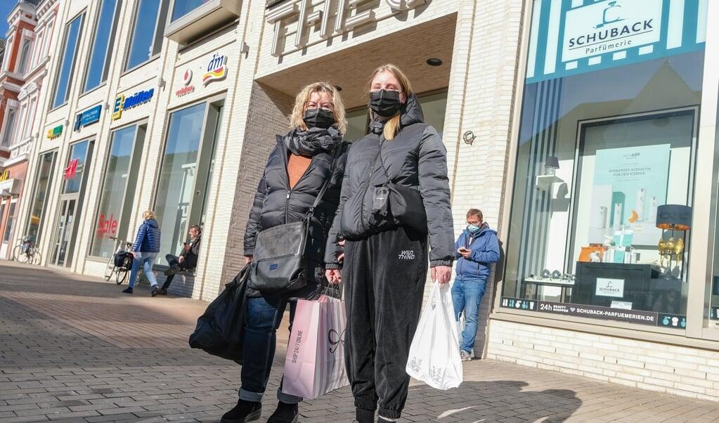Susanne og Maike Büttner var taget til midtbyen tidligt mandag formiddag for ikke at støde på alt for mange mennesker.   (Sven Geißler)