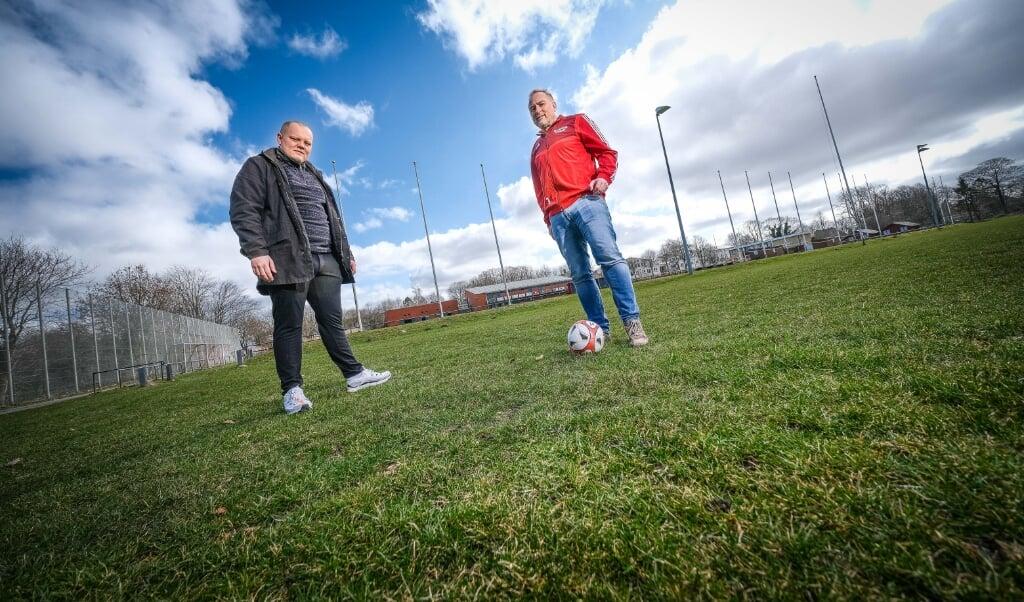 Die Hoffnung von Tjark Jessen (l.) vom SSW und Kai Teichmann als Fußball-Obmann des DGF Flensborg auf einen Kunstrasenplatz für den SdU-Verein, sind einen Schritt weiter gekommen.   ( Sven Geißler)