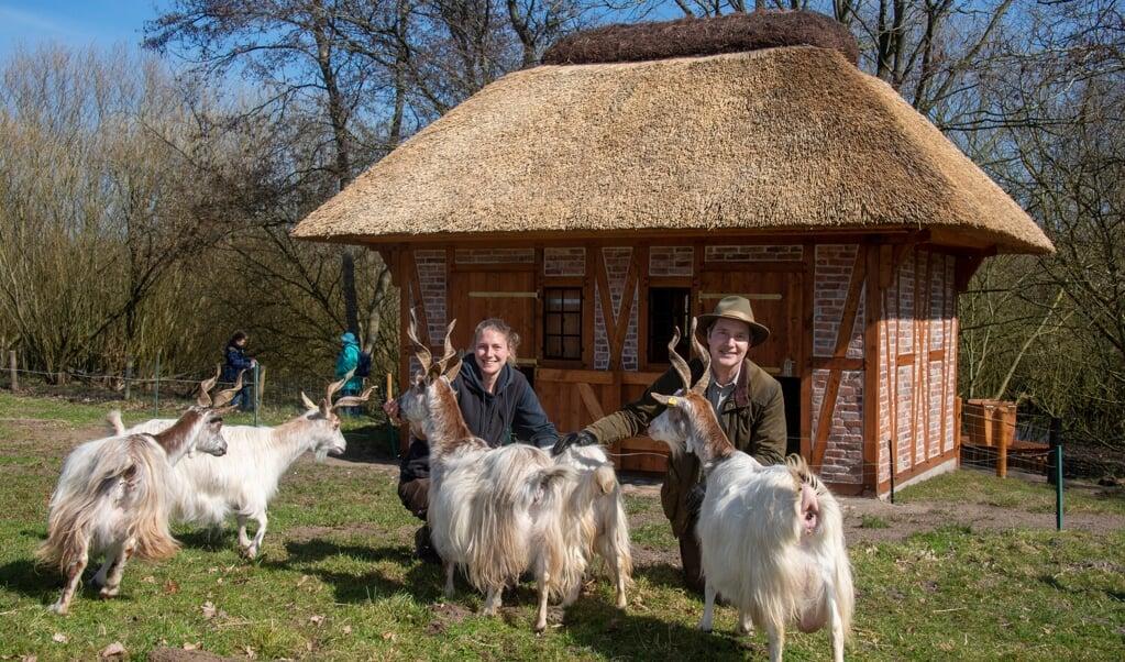 Ab sofort haben die in ihrem Fortbestand bedrohten Schaf- und Ziegenrassen ein neues zu Hause. Tierpflegerin Caro Reimertz und Arche-Leiter Kai Frölich luden nun zur Einweihung.   ( Tim Riediger)