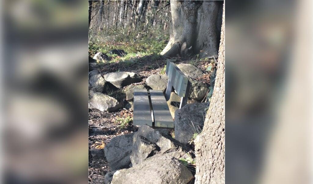 Stensætningen omkring bænken i Kurhusskoven stammer nok fra Kurhaus-tiden. Hvem sad her i 1905 på nogle bænke og skuede over Flensborg Fjord? Og hvad talte de mon om?  ( Sönke Büsen)