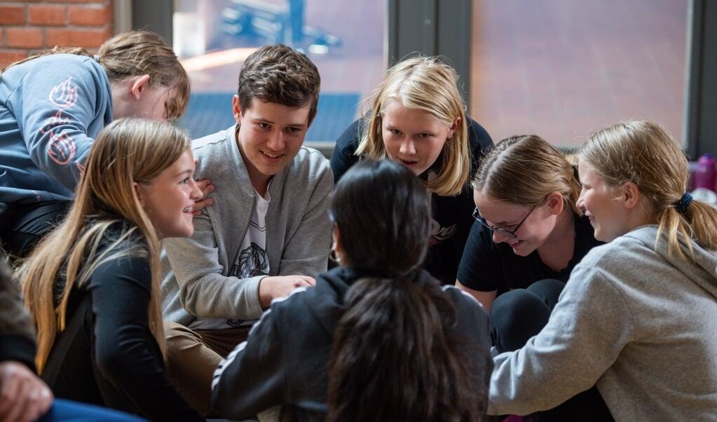 Skoleelever, men også voksne i det dansk-tyske grænseland skal bedre kunne forstå nabolandets sprog. Det opnås ved mange forskelligartede projekter, blandt andet denne danseworkshop, der fandt sted på Tønder Distriktskole.    (Tim Riediger)