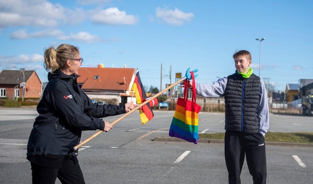 Niklas Wenzel fik besøg og en goodiebag på afstand. Det er hans lærer på Vrigsted Efterskole, Mette Hansen, der står for overrækkelsen.   ( Kira Kutscher)