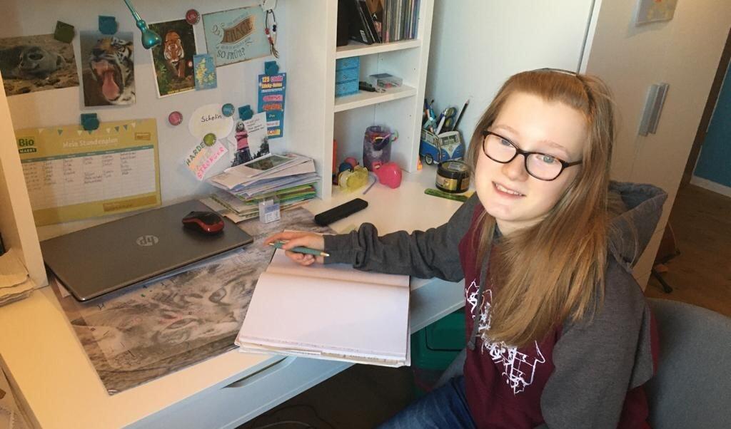 Karlotta kan dykke i sin egen verden mens hun skriver.  ( privat)