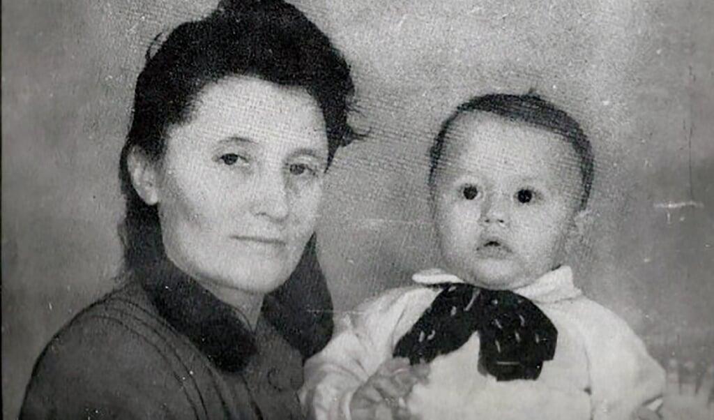Moren Olite med den lille Alex på cirka to år i regimelejren Predschachtnaja. Molite blev dødsdømt, men senere benådet. Straffen blev nedsat til ti år i en Gulag-lejr.  (Privatfoto)