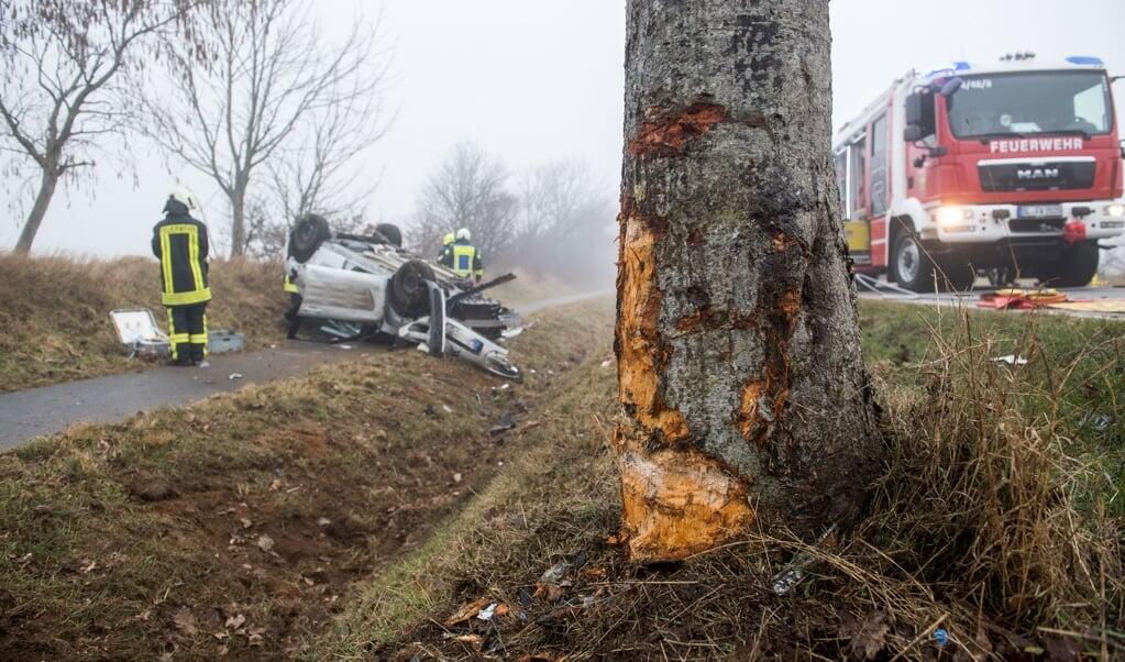 Kvindens Citroen blev totalskadet, efter den ramte træet og endte på taget.   (Benjamin Nolte)