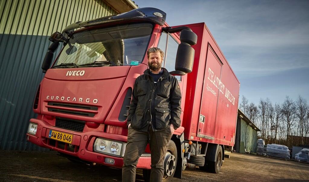 Teaterchef Nikolaj Mineka ved Teatret Møllens lastbil, som næste år skal være omrejsende scene i både Sønderjylland og Sydslesvig.    (Søren Hasselgaard Skaanning)