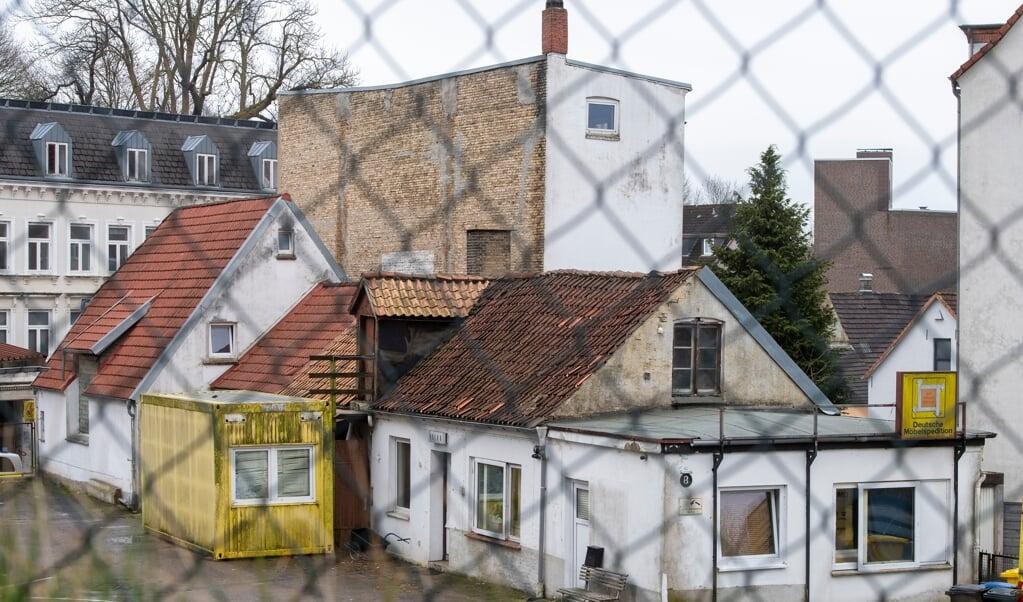 Mandy Petersen wohnt in dem gelben Container vor dem Gebäude.   ( Tim Riediger)