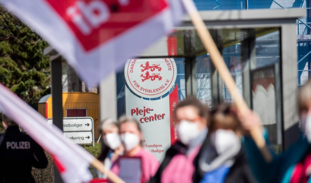 30 medarbejdere for Dansk Alderdomshjem satte et tegn for højere og lige løn indenfor Dansk Sundhedstjeneste.  Kira Kutscher / nordpool  (Kira Kutscher)