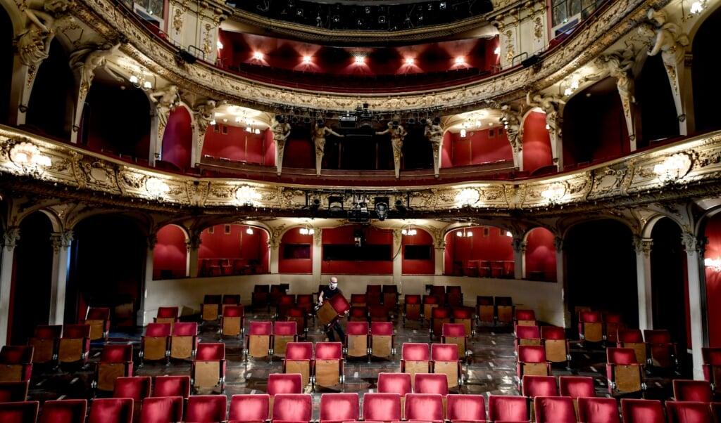 Ein Mitarbeiter trägt Stühle aus den Sitzreihen des Zuschauerraums des Berliner Ensembles, um für Abstände zwischen den Zuschauern zu sorgen. Archivoto:   (Britta Pedersen, dpa)