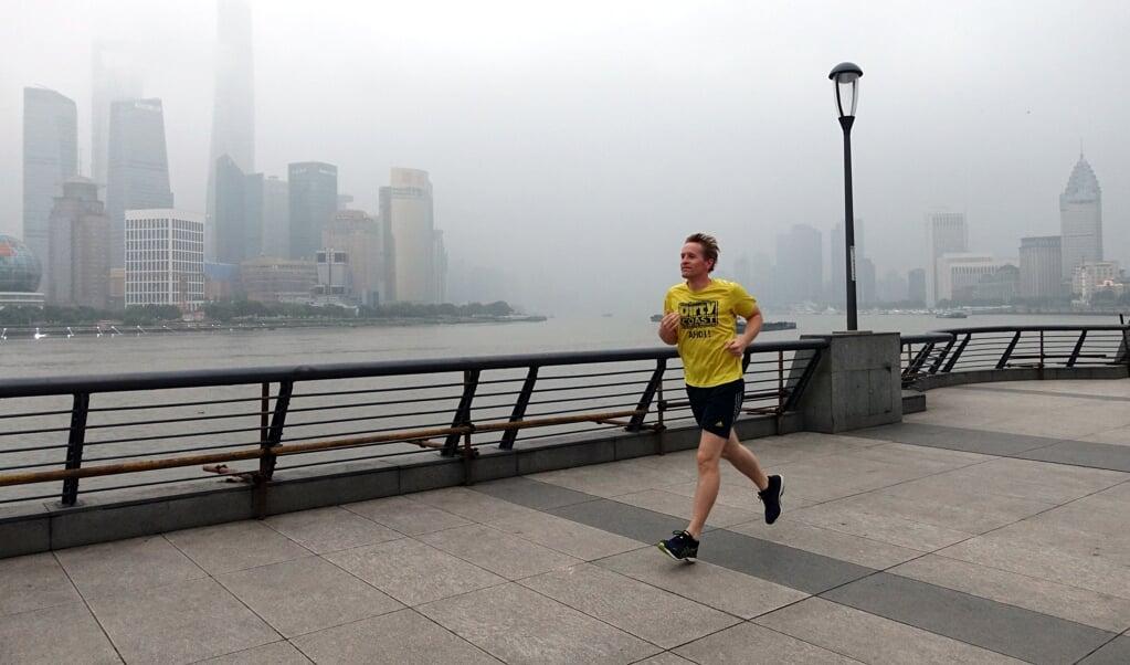 China, Shanghai: Daniel Günther (CDU), Ministerpräsident von Schleswig-Hostein, joggt über die Uferpromenade The Bund. Jetzt will er die Reparatur der Groß-Volieren des Westküstenparks in St. Peter-Ording unterstützen.  ( Andre Klohn/dpa)