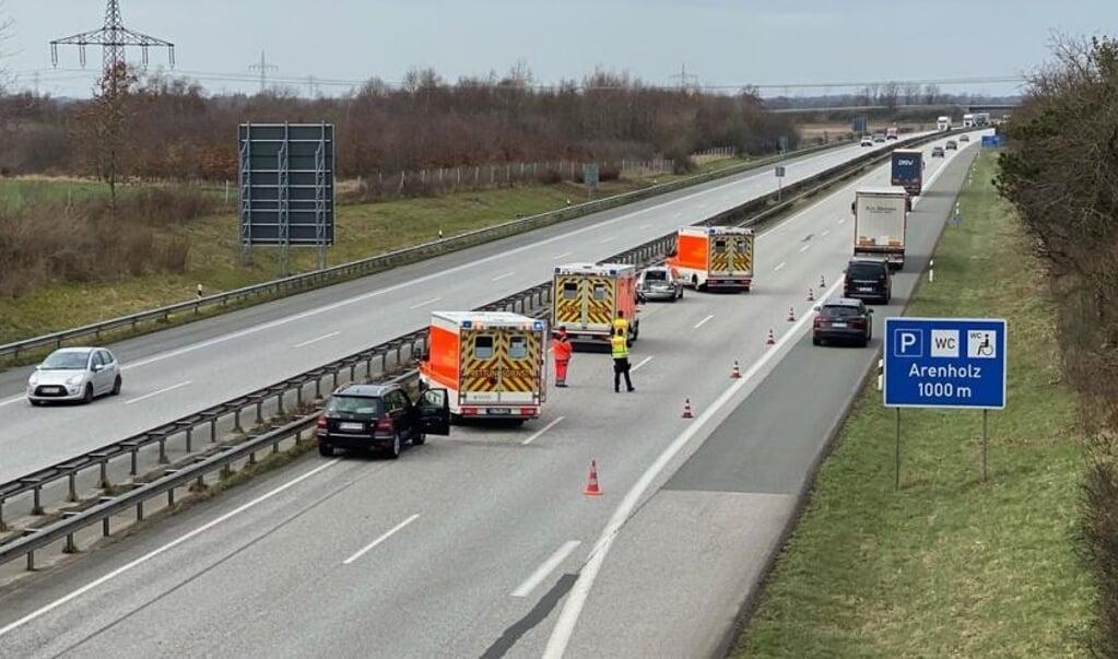Efter en kortvarig spærring i nordgående retning blev trafikken ledt forbi ulykkesstedet via nødsporet.   (Benjamin Nolte.)