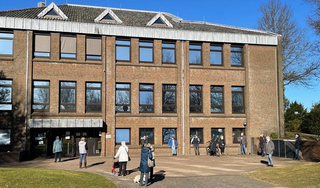 Kort efter teststationens åbning tirsdag samledes allerede mange borgere foran borgerhusets bagindgang at få en gratis coronatest.  (Iris Uellendahl)