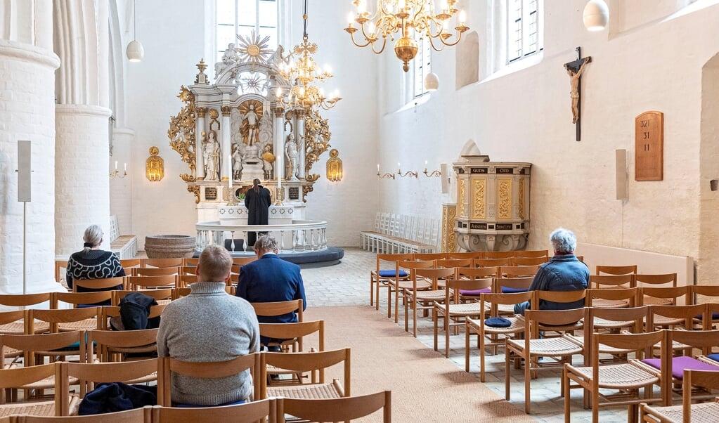 Efter lockdown og kontaktbegrænsninger kan man endelig genåbne kirkerne. Søndag var der gudstjeneste for en lille skare kirkegængere i Helligåndskirken med præst Mai-Britt Josephsen Knudsen.   ( Lars Salomonsen.)