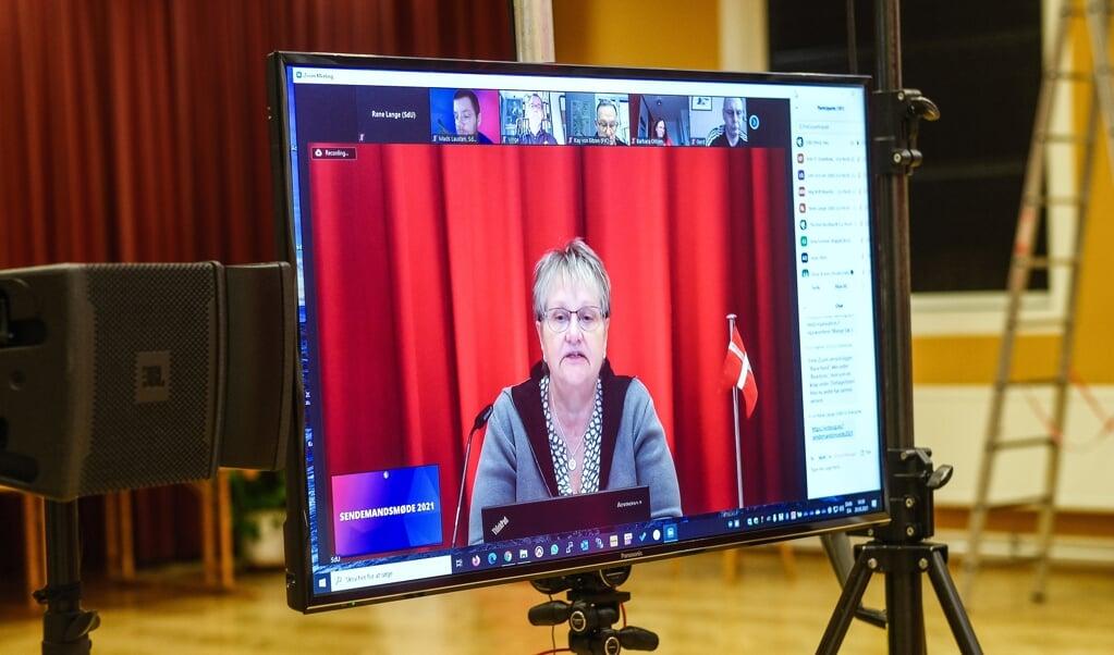 SdUs formand Kirstin Asmussen i gang med sin beretning fra (corona-)året, der gik. For første gang nogensinde blev den afholdt via en skærm.   ( Sven Geißler)