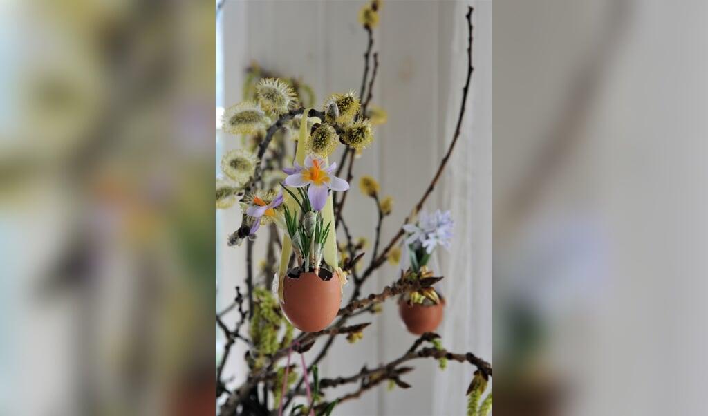 Klik og se skridt for skridt, hvordan du skaber denne smukke påskegren med forårsblomster.   ( Peekaboo)