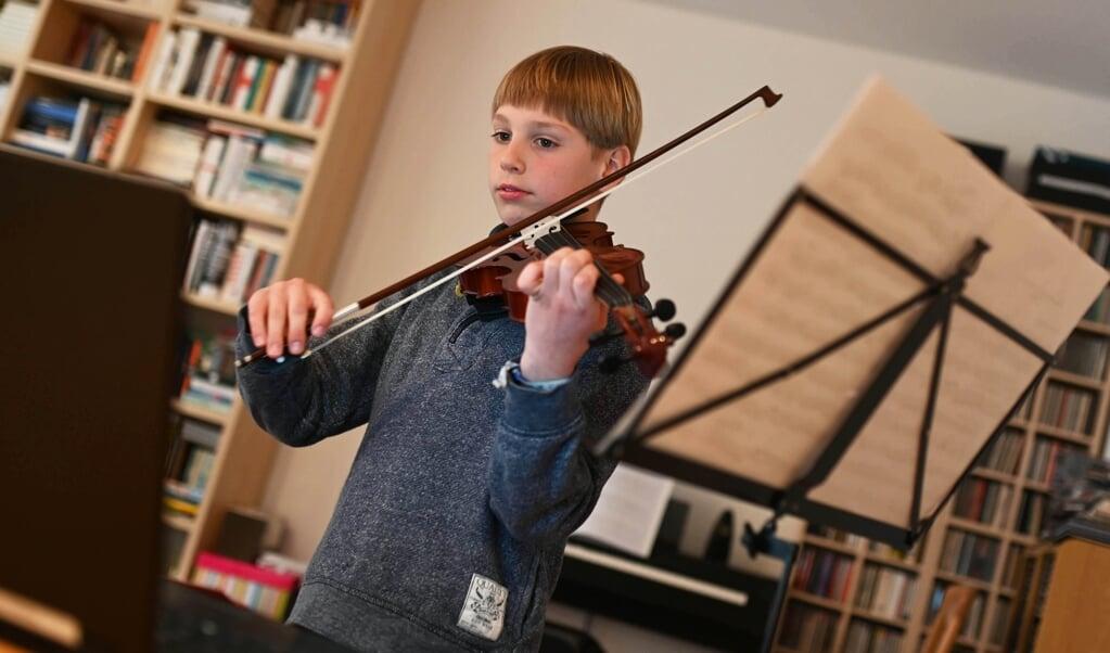 Der neun Jahre alte Benjamin übt vor seinem Computer mit seiner Geige. Seinen Lehrer hat er schon seit mehreren Monaten nicht mehr in echt gesehen. Denn wegen der Corona-Krise findet der Unterricht online statt und nicht in der Musikschule.    (Uli Deck, dpa)