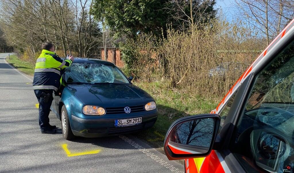 Kvinden ramte bilens forrude med så stor kraft, at glasset blev knust.   (Benjamin Nolte )