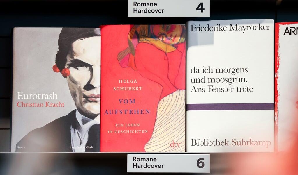 """Drei der fünf Bücher, die für den Preis der Leipziger Buchmesse in der Kategorie Belletristik nominiert wurden: (v.l.) """"Eurotrash"""" (Christian Kracht), """"Vom Aufstehen: Ein Leben in Geschichten"""" (Helga Schubert) und """"da ich morgens und moosgrün. Ans Fenster trete"""" (Friederike Mayröcker).    (Jan Woitas, dpa)"""