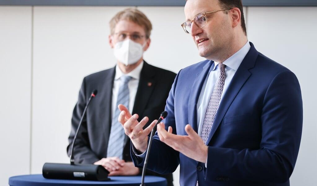 Tysklands sundhedsminister Jens Spahn (CDU, th) glædede sig over kooperationen mellem de to medicinalfirmaer. Ministerpræsident Daniel Günther (CDU, tv) kaldte det »en god dag for Slesvig-Holsten, Tyskland og Europa«  ( Christian Charisius/dpa/Pool/dpa)