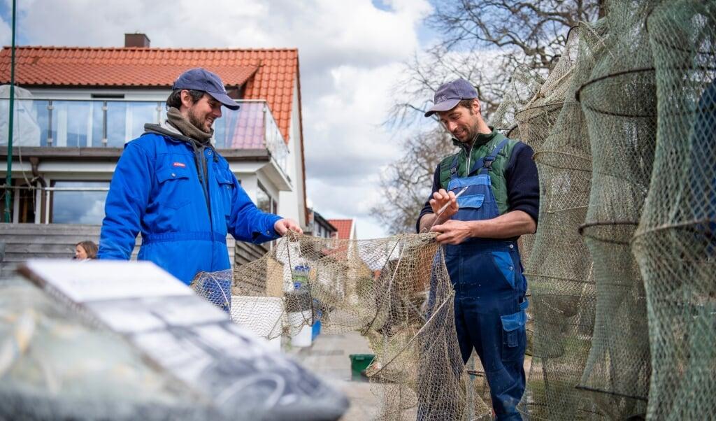 Die Brüder Christian (l.) und Nils Ross gehören zu den letzten fünf Berufsfischern an der Schlei.   (Kira Kutscher)