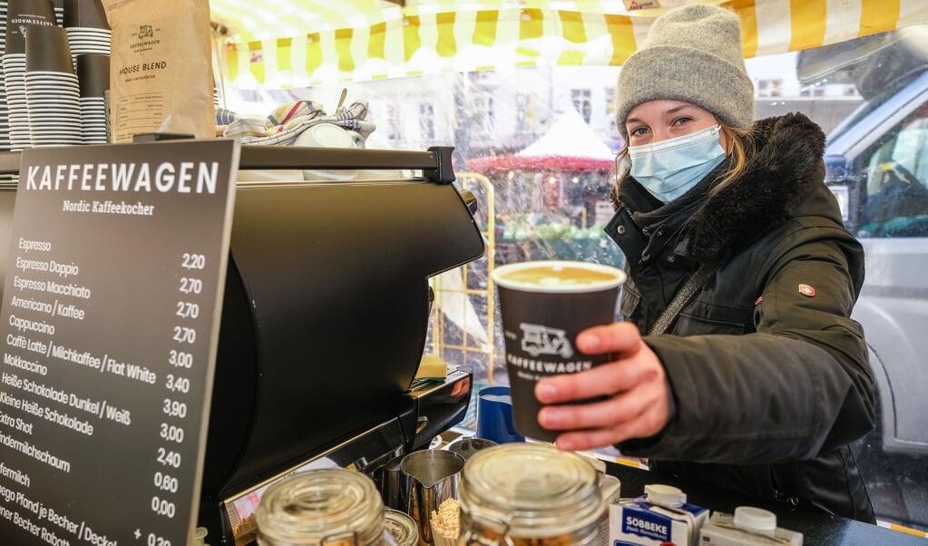 Hver onsdag og lørdag kan man nu få specialkaffe ved torvemarkedet hos Kaffeewagen. Celia Lose er en del af virksomheden med mobile kaffebarer fra Egernførde.   (SVEN GEISSLER)