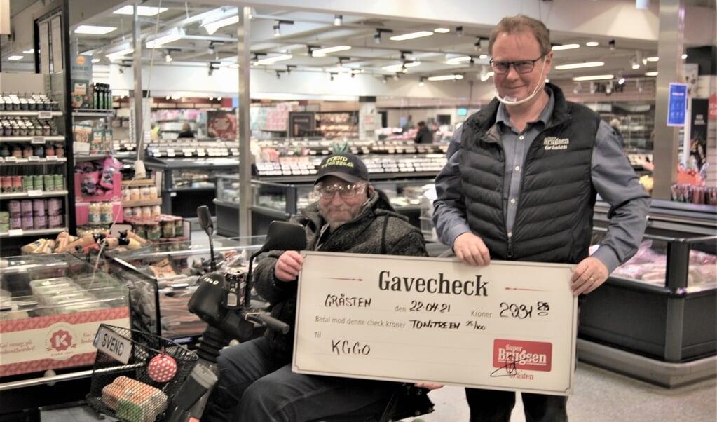 KGGO-formand Svend Schütt (t.v.) fik overrakt checken af brugsuddeler Jesper Thomsen.  ( KGGO)