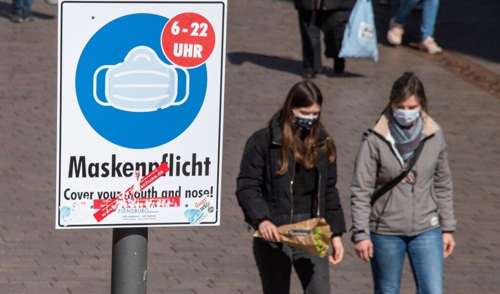 Mundbindskravet i gågaden i Flensborg er efterhånden blevet ophævet, men gælder fortsat inden for butikker og restauranter. Arkivfoto:  (Tim Riediger)