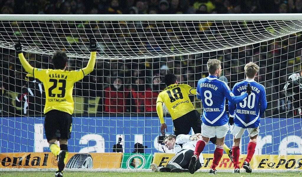 Beim zwiwchenzeitlichen 3:0 von Lucas Barrios (Nr. 18) konnte auch Christian Jürgensen (Nr. 8) nicht mehr eingreifen. Das Pokalerlebnis gegen den BVB blieb für den damaligen Holstein-Kapitän in vielerlei Hinsicht unvergessen.    ( Archiv/Christian Charisius, dpa)
