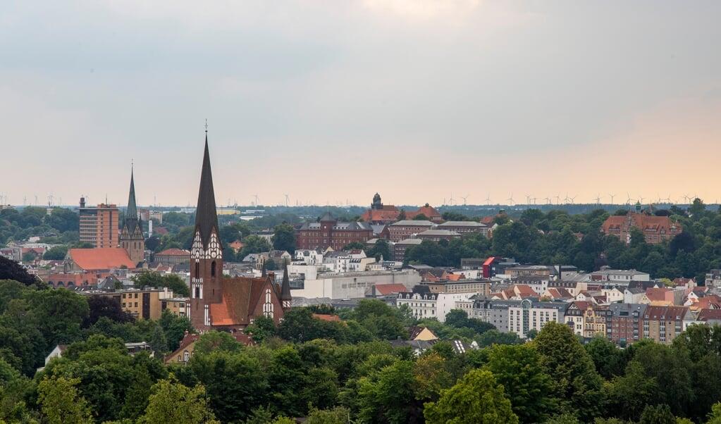 Fra vandtårnet på toppen af Ballastbjerget har man et storslået udsyn over Flensborg. I forgrunden ses den tyske St. Jürgen-kirke, længere til venstre ses både rådhuset og Nikolajkirkens tårn. Til højre kigger man i retning af Museumsberg. Arkivfoto:   (Tim Riediger )