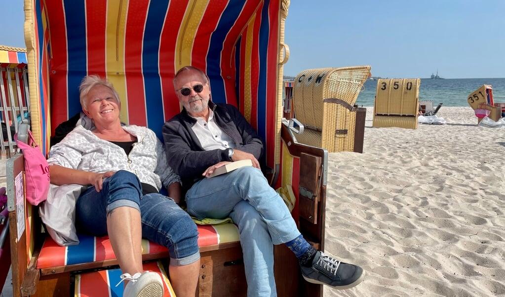 Egernførderne Heide og Dirk Menge har lagt sig ud i strandkurvene på Hauptstrand Eckernförde ved siden af de mange turister, der er kommet til byen. De kan godt forstå, at folk har brug for at komme væk og opleve noget andet, men er også klar over, at området kan blive til coronahotspot, hvis projektet går galt. De håber begge på det bedste.   (Cenia Bahnsen)